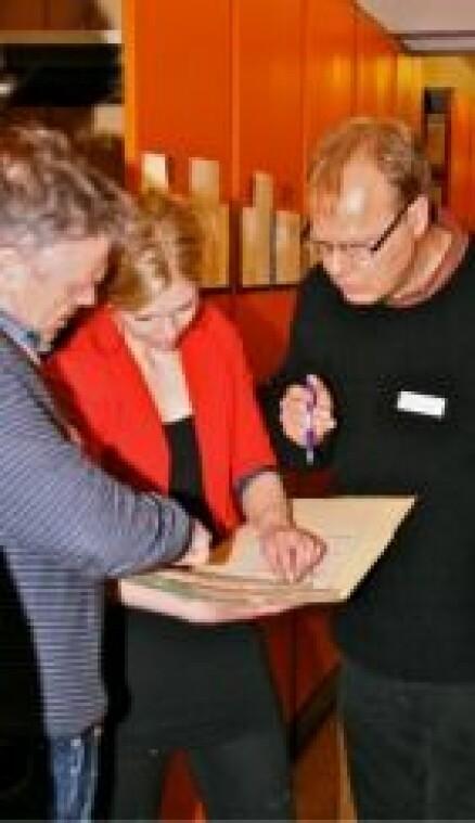 Hans Otto Frøland (NTNU), Ingebjørg Eidhammer (Teknisk Museum) og Ketil G. Andersen (Teknisk Museum) kaster et første blikk på de 450 hyllemeterne med OT-arkiv. (Foto: Joakim Jakobsen)