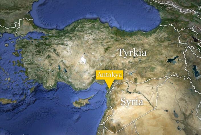 Funnstedet er 45 kilometer øst for den tyrkiske byen Antakya, nær grensen til Syria. (Foto: (Kart: Google Maps))