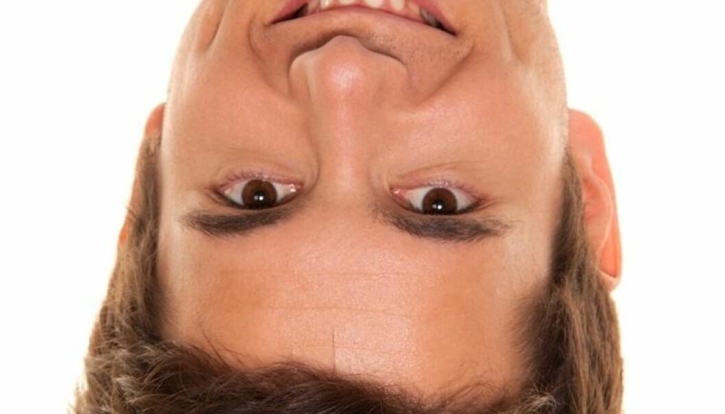 Når vi ser et ansikt snudd på hodet, er det vanskeligere å lese av ansiktets form, samt avstander mellom ansiktets forskjellige deler. Det får oss til å fokusere på de viktigste ansiktstrekkene, som øyne, øyenbryn, nese og munn, ifølge forskere. (Illustrasjonsfoto: Colourbox)