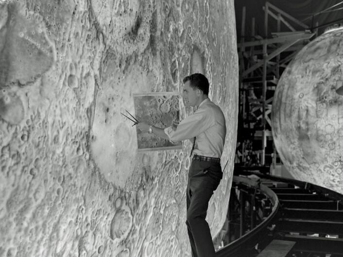En bildekunstner pynter på en av de fire modellene av månen som ble brukt i NASAs månesimulator Lunar Orbit and Landing Approach (LOLA) på 1960-tallet. (Foto: NASA/Langley Research Center)
