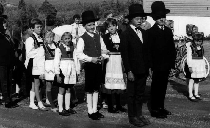 Sankthansbryllupene har vært en vanlig skikk på Vestlandet. Opprinnelig var det ungdom som kledde seg ut som brudepar og brudefølge, senere ble det barn. Her er et brudefølge i Hardanger på 1960-tallet. (Foto: Norsk Folkemuseum)