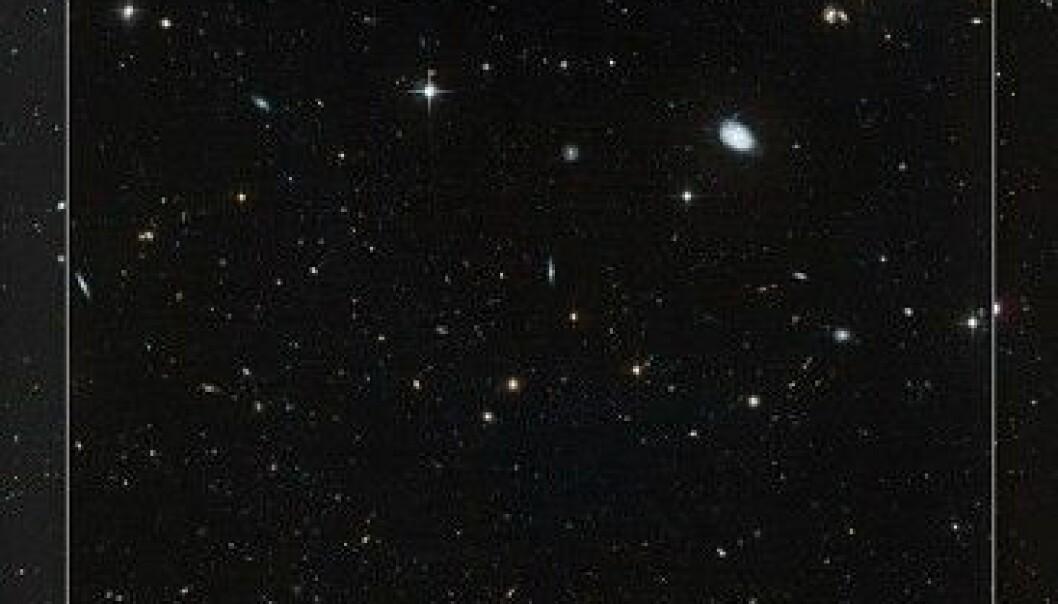 Noen svært utydelige dverggalakser har veldig få stjerner. Dette er en av dem; Leo IV. Det brede bildet viser denne galaksen og dens nabolag. NASA, ESA, and T. Brown (STScI)