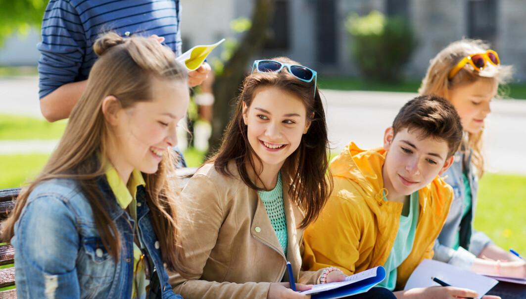 Jenter kommer tidligere i puberteten enn gutter. Dette kan forklare mye av forskjellene i karakterer mellom jenter og gutter, mener forskere.