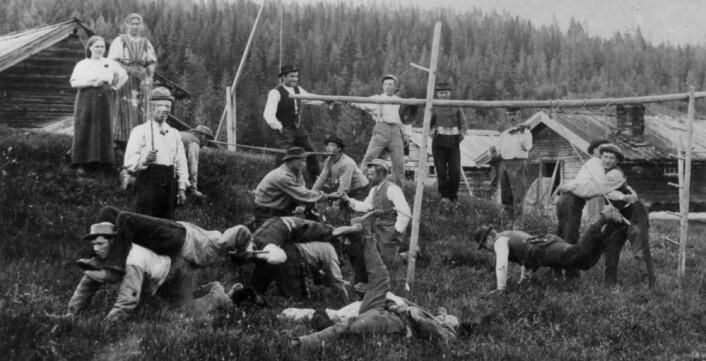 Sankthansfeiringen har vært en av de viktigste høytidsfeiringene i Norge opp gjennom historien. Her møtes ungdom i Trysil til fest  på 1890-tallet. (Foto: Norsk folkemuseum)