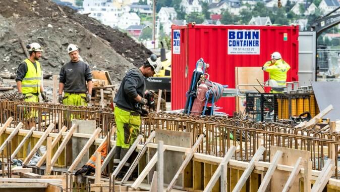 Bygningsarbeidere - her utenfor Tromsø - blir ofte utsatt for store fysiske belastninger, men all aktiviteten er også bra for helsa.