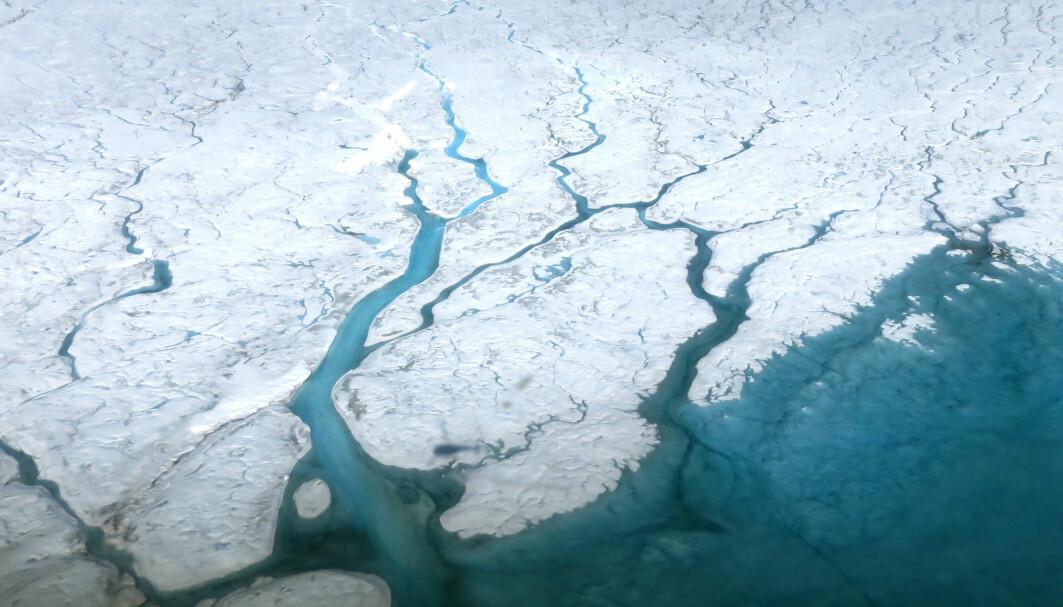 Smelting av is på land får havet til å stige. Reduserte CO2-utslipp kan halvere vannmengden.