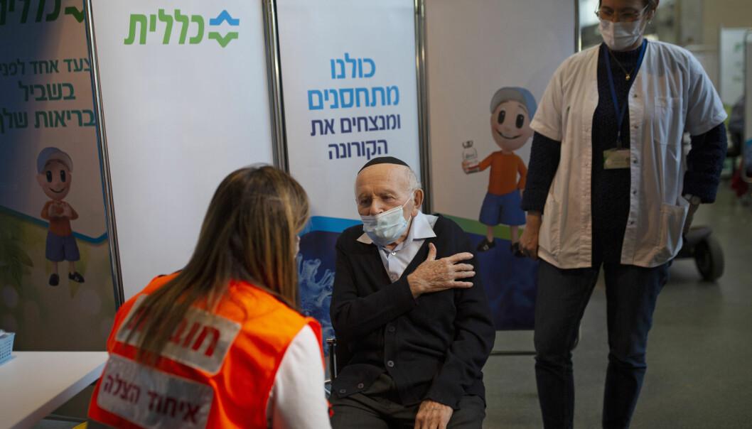 Joseph Zalman Kleinman (91) overlevde holocaust-utryddelsen. Her viser han en israelsk helsearbeider hvor han vil ha satt sprøyten.