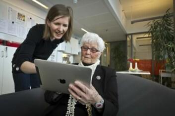 Astrid Næsgård er 79 år, og er fortrolig med Internett som kommunikasjonskanal. Til venstre Sintef-forsker Kristine Holbø. (Foto: Thor Nielsen)