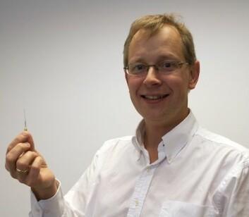 Jøran Moen med ett av instrumentene ombord på ICI-3. (Foto: Hilde Lynnebakken)