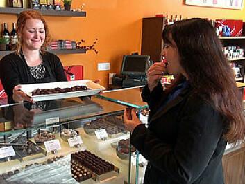 Forsker Beatrice Golomb (t.h) smaker på sjokolade - med god samvittighet. (Foto: UC San Diego School of Medicine)