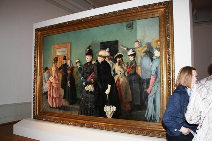 """Albertine i politilægens venteværelse henger sentralt i Christian Krohg-utstillingen """"Bilder som griper"""", på Nasjonalgalleriet i Oslo. (Foto: Marianne Nordahl)"""
