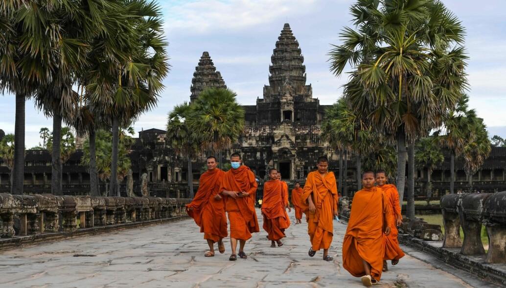 Dette er Angkor Wat-tempelet i Kambodsja, med Buddhist-munker på besøk.