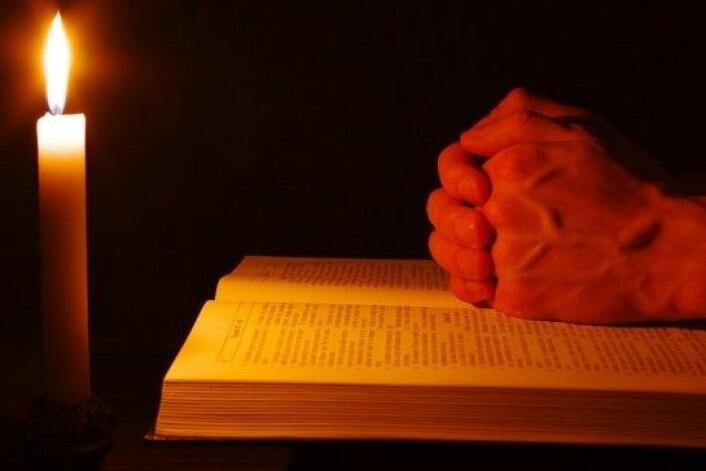 En omfattende analyse av 63 ulike studier indikerer en sammenheng mellom analytisk intelligens og religiøs tro, skal vi tro forskere. (Foto: Colourbox)