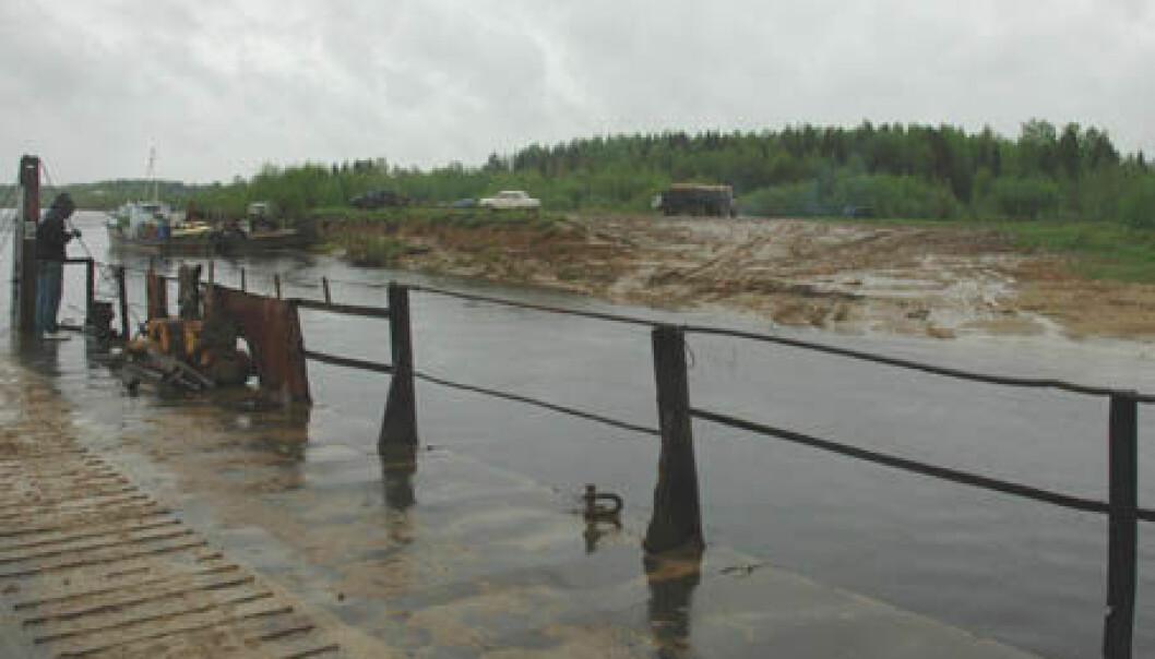 """""""REGNVÆR: Vi krysser elva Vychegda ved et sølete ferjeleie på veg østover. Elva har sitt utspring i Uralfjellene og renner vestover inn i Dvina ved byen Kotlas."""""""