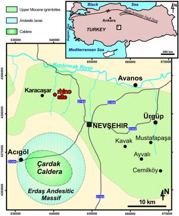 """Funnstedet for skallen er markert med """"rhino site"""" i røde bokstaver. Forskerne tror neshornet ble kokt levende i et vulkanutbrudd ved Çardak 30 kilometer lengre sør, men at skallen ble separert fra kroppen og suste videre på en pyroklastisk strøm - en sky bestående av ekstremt varm aske, gass og stein, som brer seg utover med stor fart. (Foto: (Illustrasjon: Antoine P-O, et al. PLOS ONE, 2012, doi:10.1371/journal.pone.0049997.g001))"""