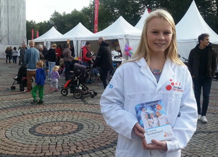 Matilde tilbyr kurs i fysikk og kjemi for 4-7. klassinger på Forskerfabrikken. (Foto: Nina Kristiansen)