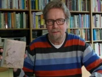 Her viser Bjarne Toft fram sitt eget eksemplar av denne første danske utgaven av Alice i Eventyrland fra 1875. (Foto: Bjarne Toft)