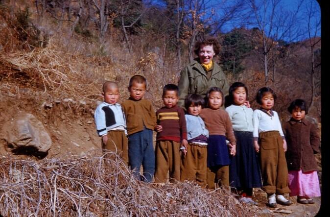 Klær ble samlet inn i Norge og tatt med til Korea. Sykepleierne ble oppfordret til å ta med seg minst mulig privat for å kunne ta med klær til «våre små venner i Korea».