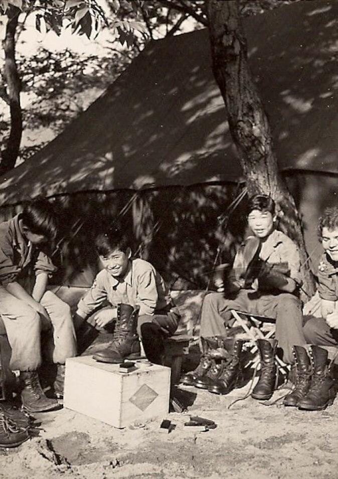 Koreanske gutter (The Boys) – ofte foreldreløse og flyktninger – ble ansatt for forefallende arbeid ved NORMASH. Her skopuss.