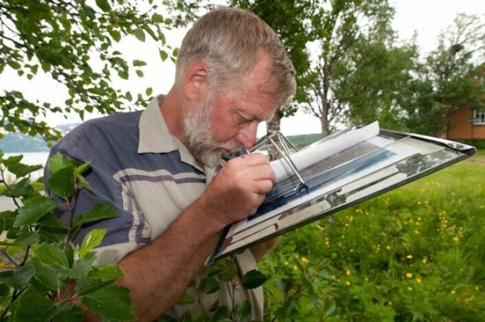 Vegetasjonskartlegger Per K. Bjørklund fra Skog og landskaps Tromsø-kontor studerer flybilder i 3D. De ulike plantesamfunnene og vegetasjonstypene tegnes inn på flybildet og digitaliseres til vegetasjonskart. (Foto: Skog & Landskap)