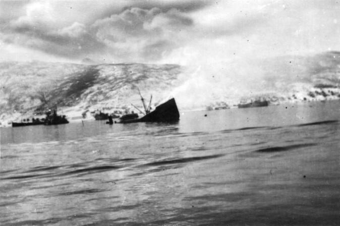 10. og 13. april fant det sted to voldsomme sjøslag mellom tyske og britiske krigsskip i Ofotfjorden. Oppgjøret på havet endte med at de tyske troppene som hadde gått i land i og rundt Narvik ble isolert fra resten av invasjonsstyrken.