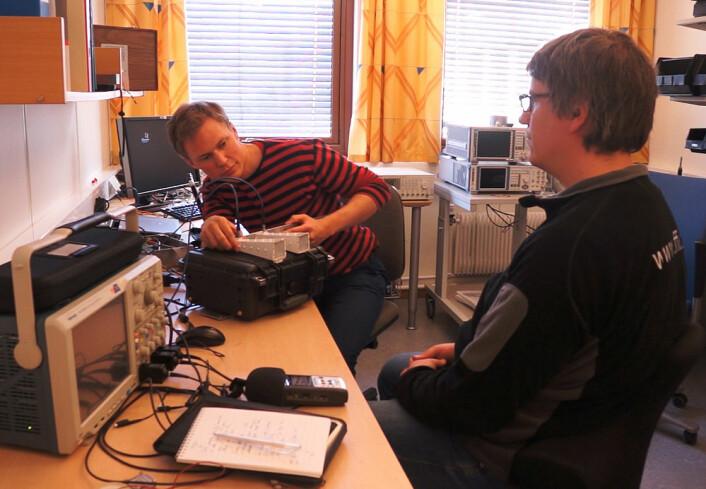 Øyvind Aardal (t.v.) sikter inn radaren mot sin kollega Mats Jørgen Øyan for å demonstrere hvordan den kan registrere hjerteslag på avstand. (Foto: Arnfinn Christensen, forskning.no.)