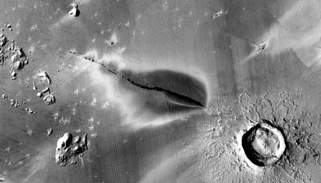 Bildet viser at stoff fra innsida av Mars har sprutet ut på overflata. Det må ha skjedd veldig nylig, for bare 50 000 år siden, mener forskere.
