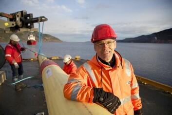 Prosjektleder Ole Øystein Knudsen bivåner sjøsettingen av oljerøret som skal testes i havna på Orkanger. (Foto: Thor Nielsen)