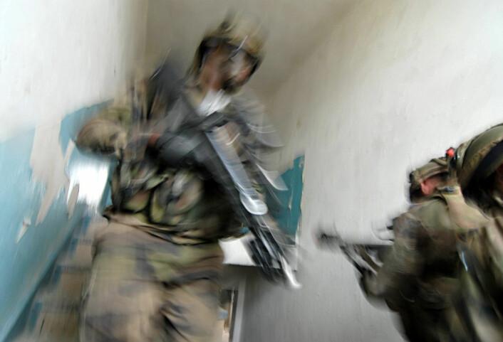 Når bombene hviner om ørene, og adrenalinet suser rundt i kroppen, kan det være vanskelig å bevare roen. Men ved hjelpe av mindfulnesstrening mener det amerikanske militæret at soldatene kan lære å reagere hensiktsmessig, også i pressede situasjoner. (Foto: Colourbox)