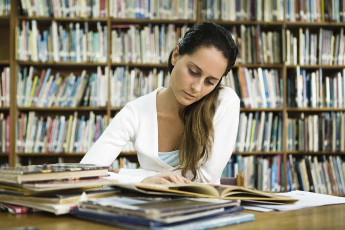 Særlig to forhold ser ut til å påvirke kvinners valg av universitet i utlandet: om moren deres er velutdannet, og om mannen deres har ambisjoner om å gjøre karriere i utlandet. (Foto: Colourbox)