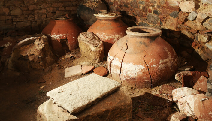 Keramikk er mye brukt gjennom menneskets historie. For eksempel kan store krukker brukes til å lagre ting.
