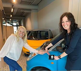 Kristin Skofteland, markedssjef og juridisk rådgiver og prosjektleder Turi Kvame Lorentzen i Beyonders Heroes-prosjekt, foran en elbil som kan bli raskere ladet med Beyonders teknologi.