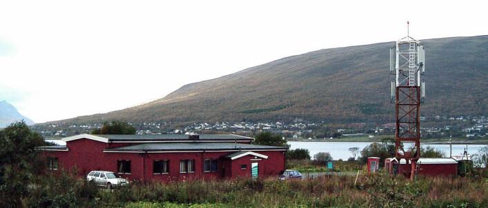 Norsk telemuseum, avdeling Tromsø. Den nederste delen av den nyeste sendermasten til høyre. Resten ble fjernet fordi den forstyrret innflygningen til flyplassen like ved. (Foto: Roar Johannessen, Tromsø telemuseum)