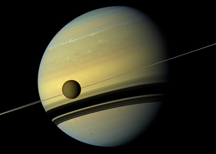 Planeten Saturn med ringene og månen Titan foran. Bildet er satt sammen av ulike bilder tatt fra Cassini-sonden. (Foto: NASA/JPL-Caltech/SSI)