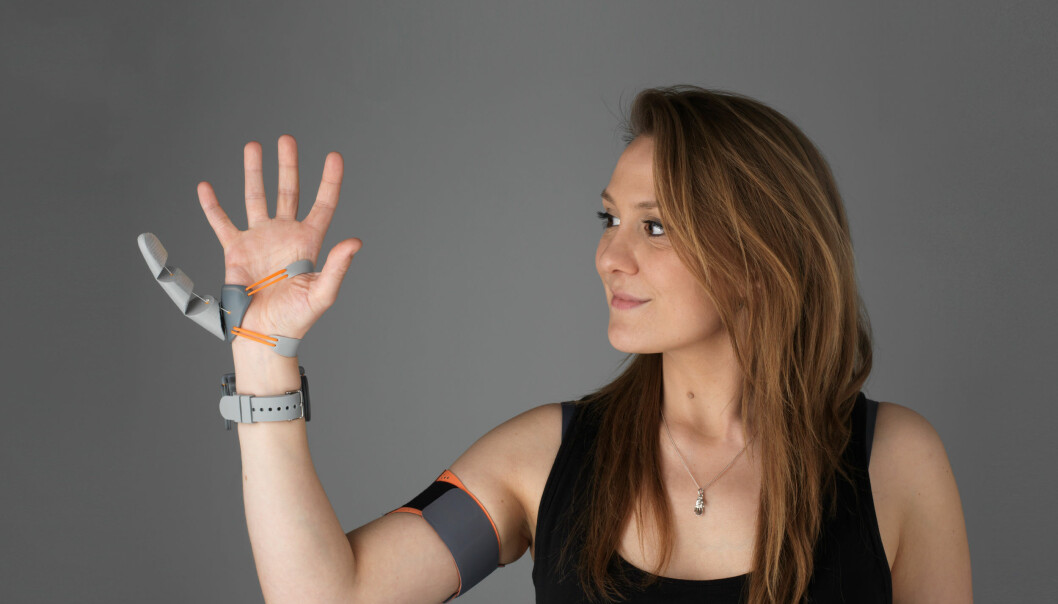 Dani Clode viser frem robot-fingeren hun har laget.
