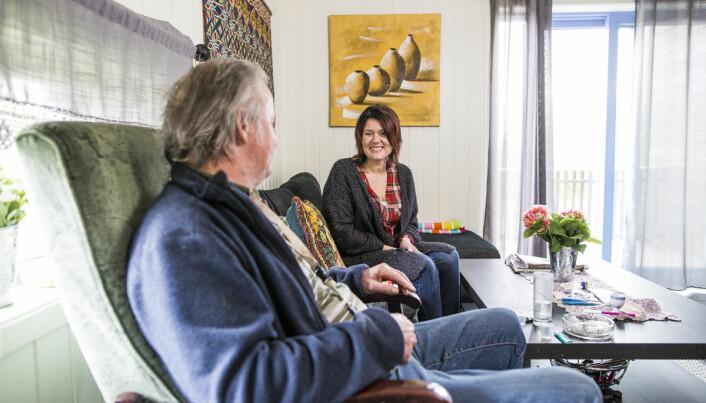 Beboer i småhus i Ringsaker får besøk fra en ansatt i det boligsosiale teamet i kommunen.