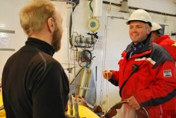 Glosene flyr mellom hangarveggene når Lars Naustvoll (t.v.) og Håkon Andreassen diskuterer håvoppsett. Men det ordnet seg til slutt. (Foto: Hanne Østli Jakobsen)