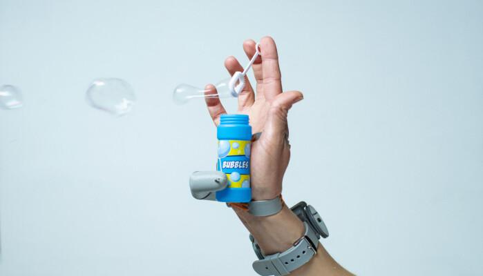 Å blåse såpebobler med bare én hånd var ett av triksene folk fikk til med robot-tommelen.