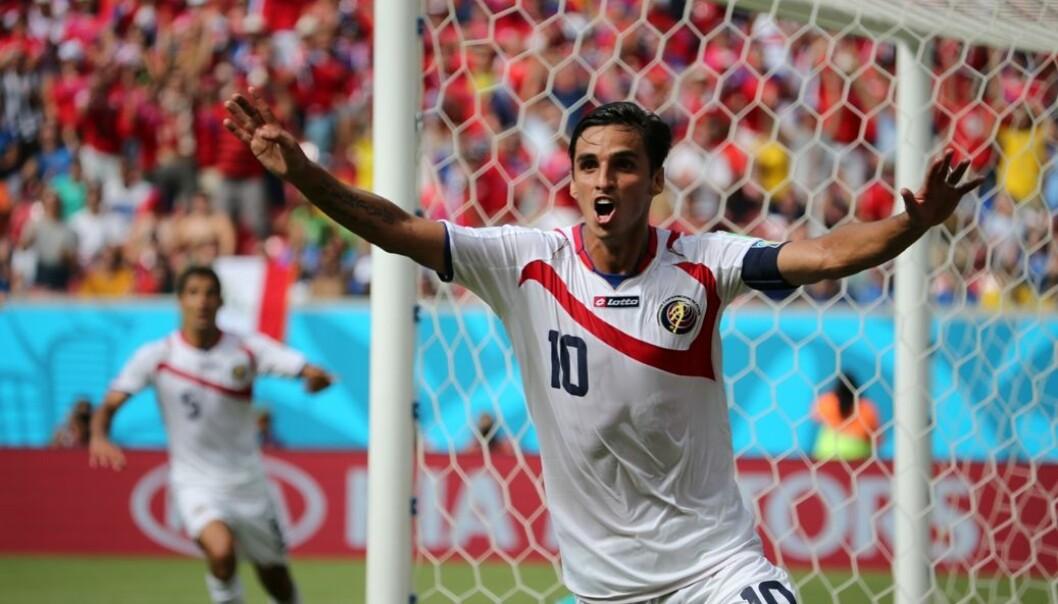 Vi elsker at små nasjoner vinner over de større, som når Costa Rica slo Italia 20. juni. Her jubler Bryan Ruiz over målet mot Italia. DPA / Scanpix