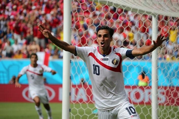 Vi elsker at små nasjoner vinner over de større, som når Costa Rica slo Italia 20. juni. Her jubler Bryan Ruiz over målet mot Italia. (Foto: DPA / Scanpix)