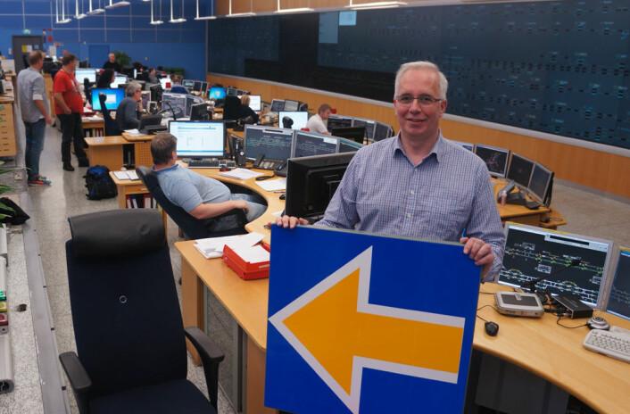 Kjell Holter i trafikkstyringssentralen på Oslo Sentralstasjon, med skiltet som skal erstatte lyssignaler i det nye trafikkstyringssystemet ERTMS. (Foto: Arnfinn Christensen, forskning.no)