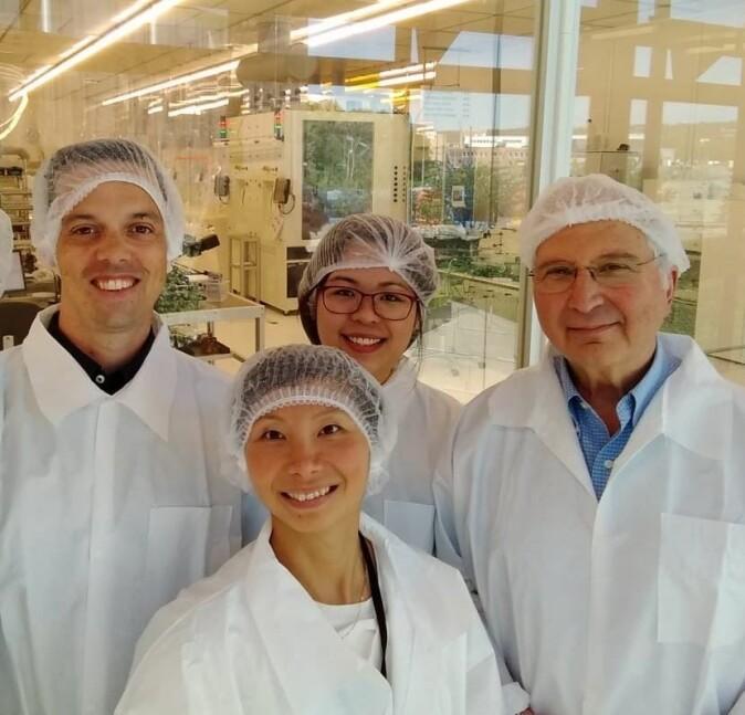 Forskerne Angela Kok (foran) og Marco Povoli (til venstre) ved Sintef MiNaLab har utviklet mikrodosimeteret sammen med research fellow Linh Tran (i midten bak) og Distinguished Professor Anatoly Rosenfeld ved Universitetet i Wollongong i Australia.
