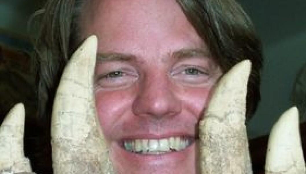 Jørn Hurum i tennene på en Tyrannosaurus.