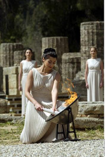 """""""Ilden tennes i Olympia noen måneder før lekene begynner. 11 skuespillerinner spiller prestinner i seremonien. Foto: ATHOC/N TASSOULAS"""""""
