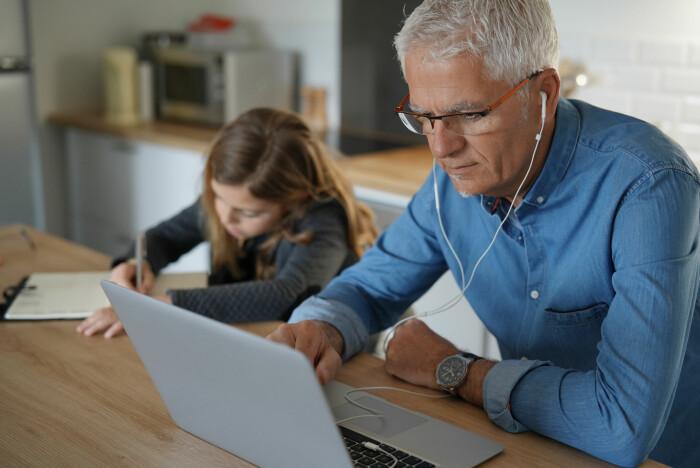 Å jobbe hjemmefra har vært en utfordring for mange med barn, når barna også har måttet være hjemme under pandemien.