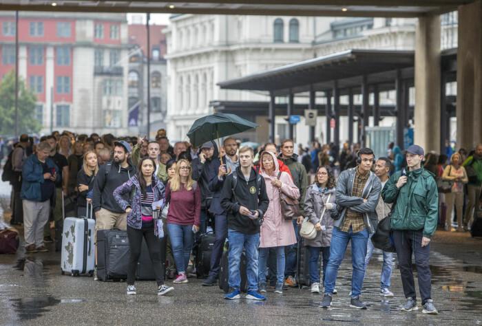 Pendling fram og tilbake fra jobb er slitsomt for mange. På Østlandet har det de siste årene vært mye togkaos. Her passasjerer på Oslo S.
