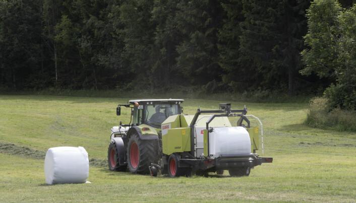 Hesjer og muskelkraft erstattet av traktor og rundballer. Men trolig har det lite å si for bondens vekt, skal vi tro forskningen.