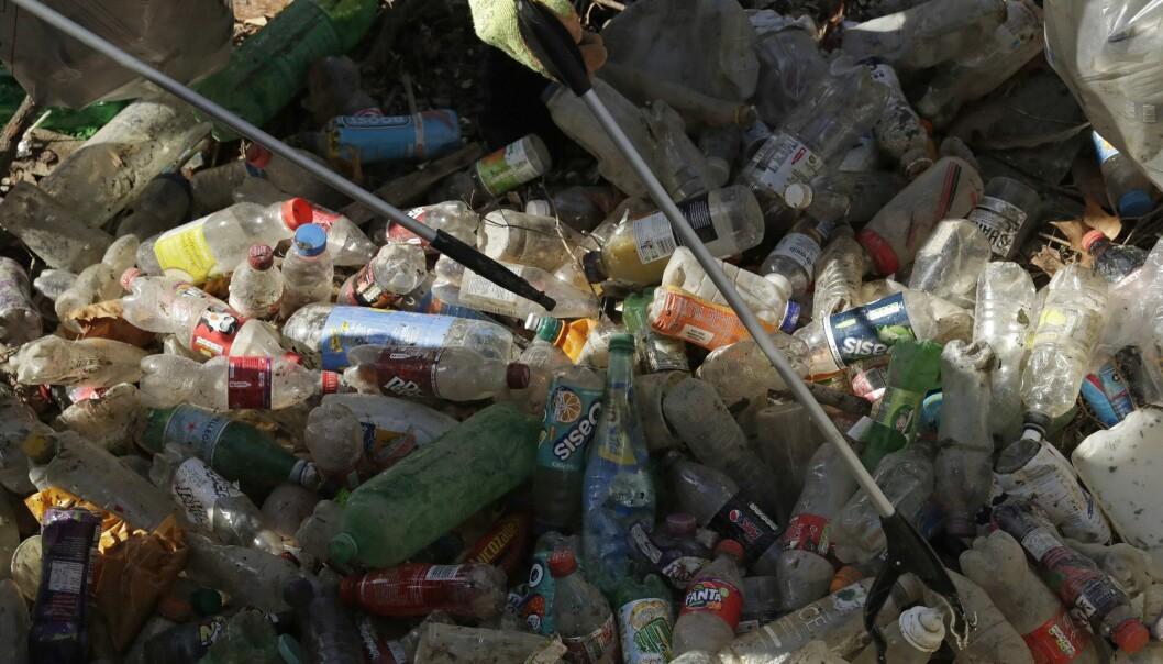 Ganske få selskaper lager mesteparten av engangsplast-søppel, ifølge en ny rapport. Her er flasker som er plukket opp fra elven Themsen i London.