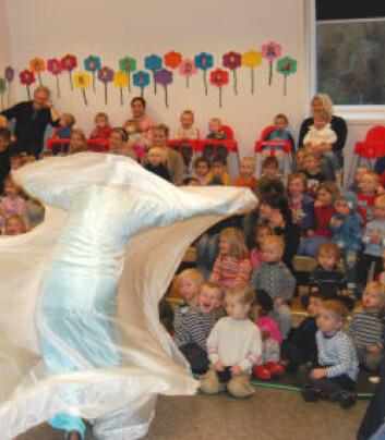 Et svært spøkelse farer over scenen, og barna skriker av skrekk og glede. - Jeg tror at drama i barnehagen kan være et godt middel for å lære barna om sosiale forhold, forteller He Min. (Foto: Frøy Katrine Myrhol)