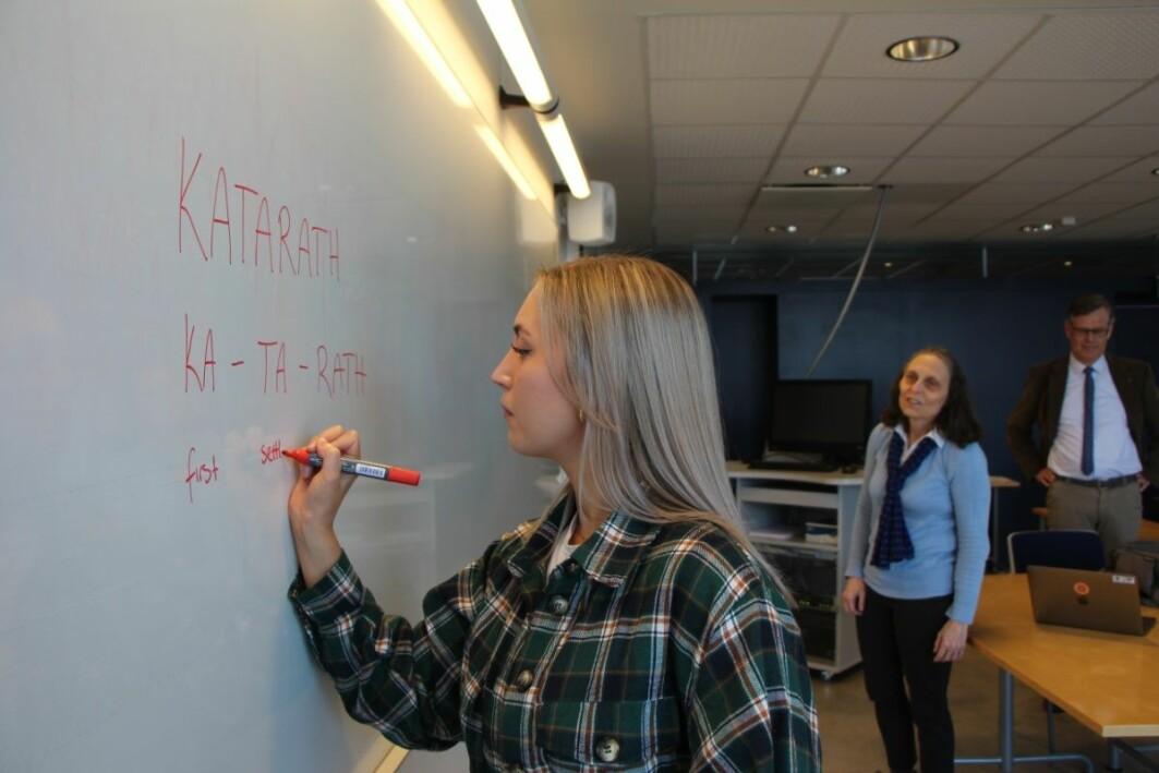 Student Marte Isaksen ved UiT har laget språket «katarath» på et kurs med språkprofessor Laura Janda og Tore Nesset.